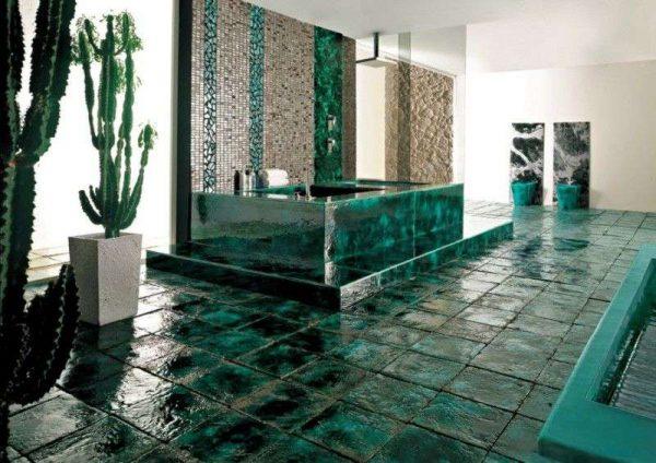 интерьер ванной комнаты с изумрудной плиткой
