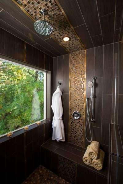 интерьер ванной комнаты с коричневой плиткой