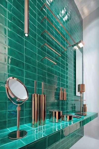 интерьер ванной комнаты с плиткой изумрудного цвета