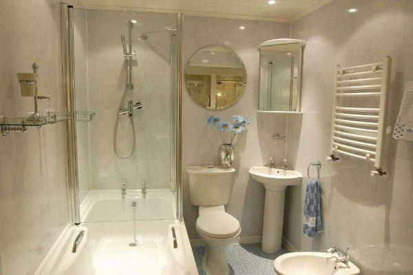 отделка ванной комнаты бежевыми пластиковыми панелями