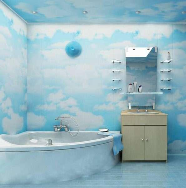 интерьер ванной комнаты с голубыми пластиковыми панелями