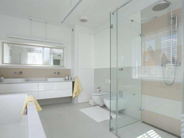 отделка ванной светлыми пластиковыми панелями