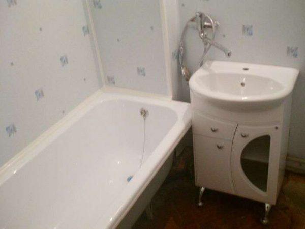 отделка ванной комнаты светлыми пластиковыми панелями