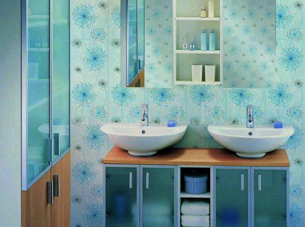 отделка ванной голубыми пластиковыми панелями