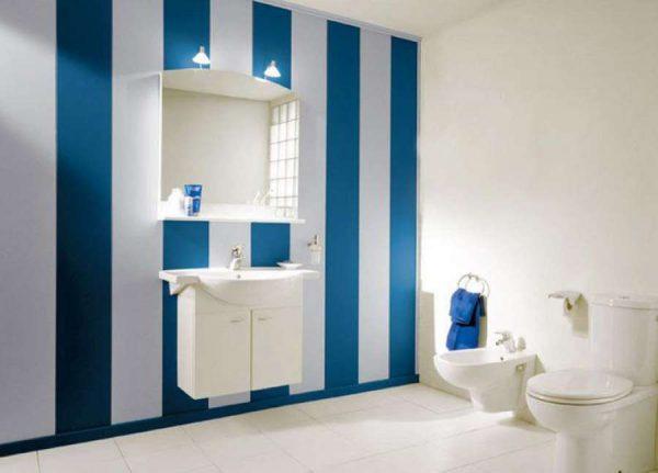 отделка ванной синими и белыми пластиковыми панелями