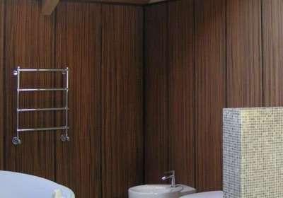 отделка ванной коричневыми пластиковыми панелями