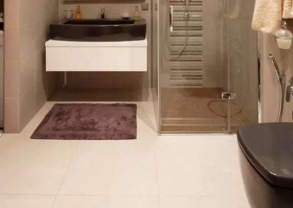 полы в ванной с душевой кабиной