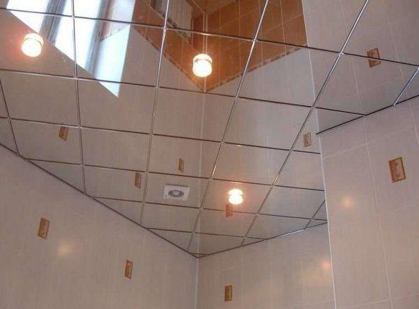зеркальный потолок в ванной с душевой кабиной