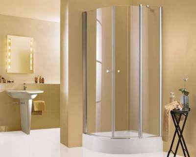 угловая душевая кабина в ванной комнате