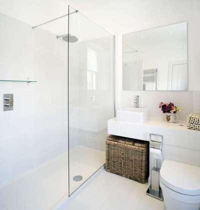интерьер белой ванной комнаты с душевой кабиной