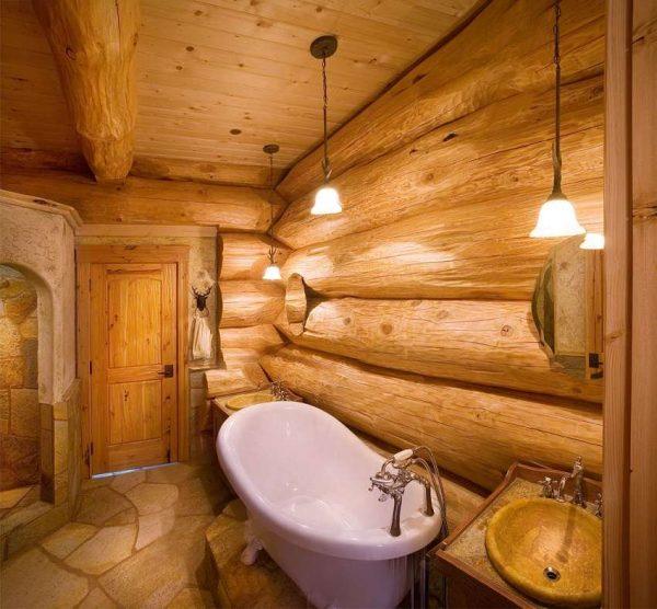 ванна в ванной комнате в деревянном доме