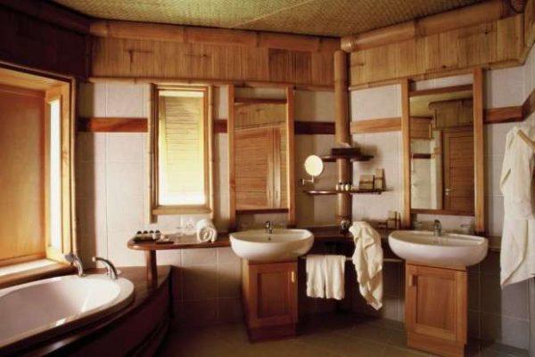 две раковины в ванной комнате в деревянном доме