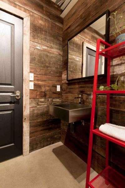 красная полка в ванной деревянного дома