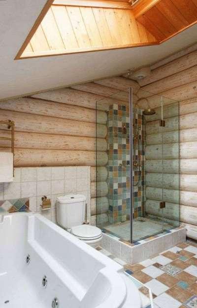 интерьер ванной комнаты в деревянном доме с душевой кабиной