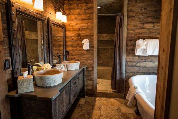 два зеркала в ванной в деревянном доме