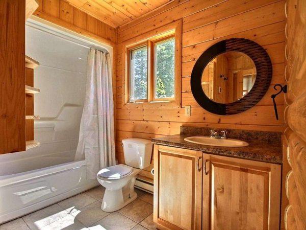 круглое зеркало в ванной в деревянном доме