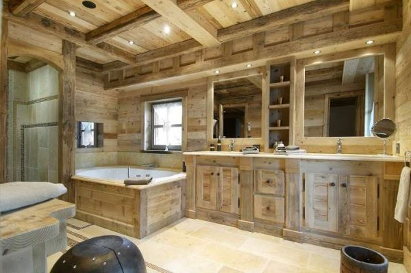 угловая ванна в ванной деревянного дома