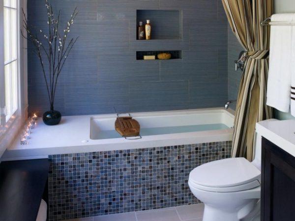 интерьер серой маленькой ванной с туалетом