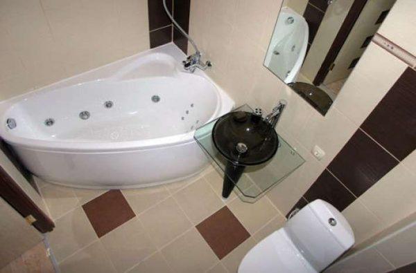 дизайн угловой ванной с унитазом