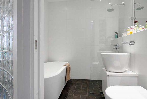 дизайн светлой маленькой ванной с унитазом
