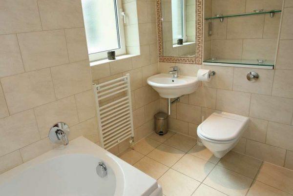 компактный интерьер ванной комнаты с туалетом