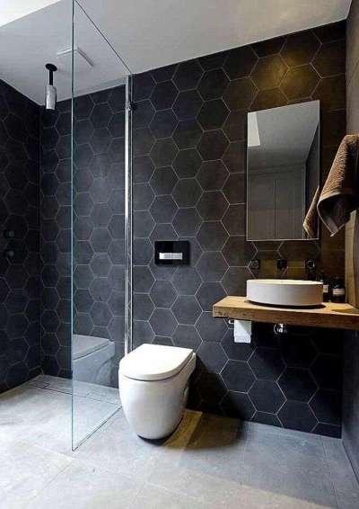 чёрные стены хорошо работают с белым потолком ванной