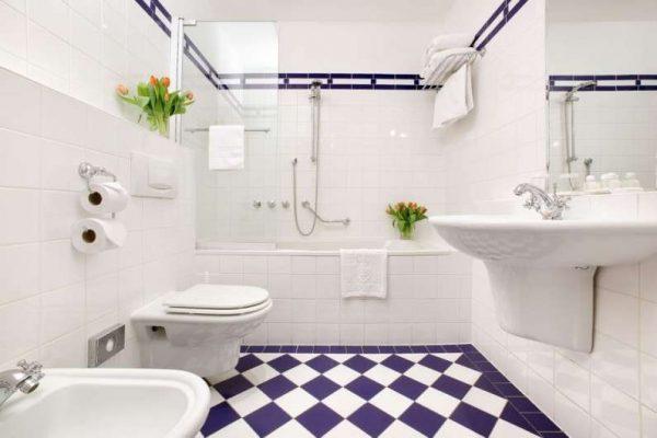 интерьер ванной комнаты с туалетом