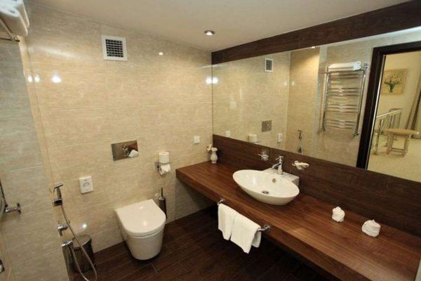 интерьер ванной комнаты с длинной столешницей