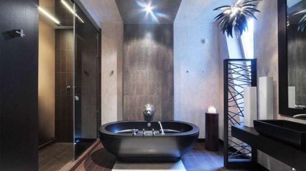 чёрная ванна в ванной комнате