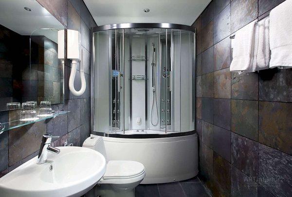 интерьер ванной комнаты с гидромассажем и туалетом