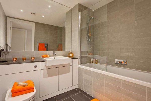 бежевая ванная комната с туалетом