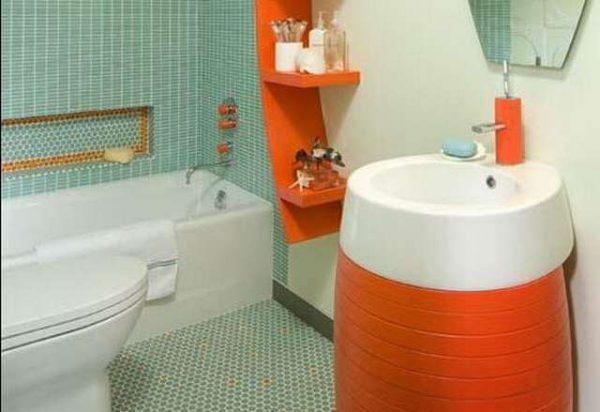 интерьер оранжевой ванной с туалетом