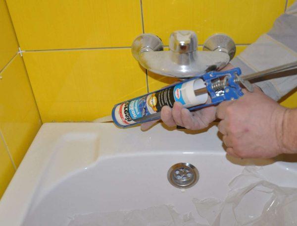 заделка стыка между ванной и стеной монтажной пеной