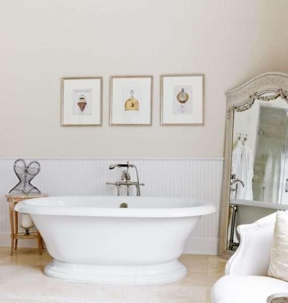 зеркало на полу ванной комнаты
