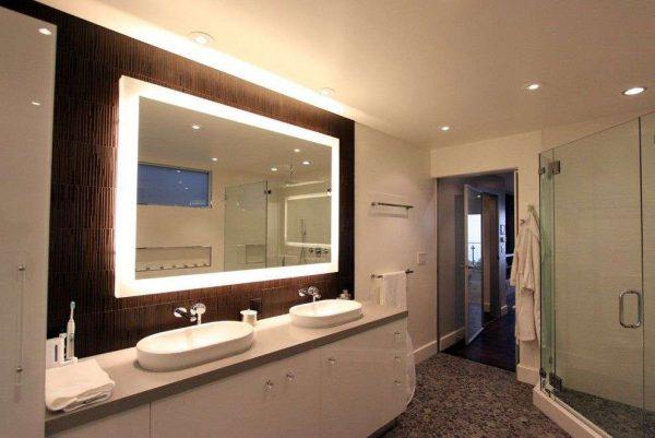 зеркало с подсветкой в интерьере ванной