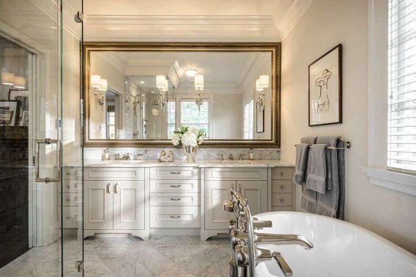 дизайн ванной с зеркалом на стене