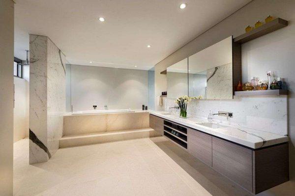 зеркало на шкафчике в интерьере ванной комнаты