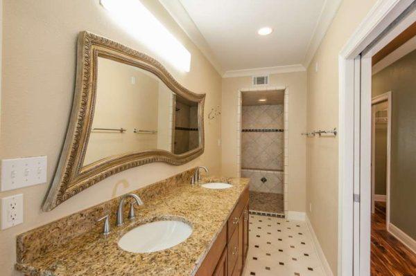 фигурное зеркало в интерьере ванной