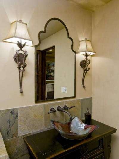 интерьер ванной с бра у зеркала