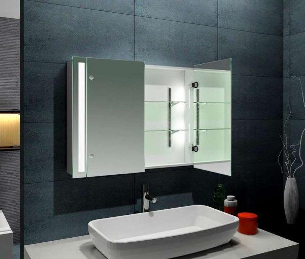 интерьер ванной с зеркальным шкафом