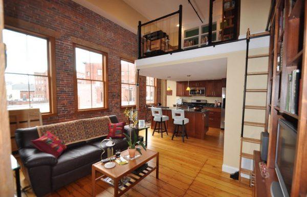 прямой диван в интерьере кухни гостиной в загородном доме