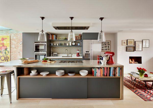 островной стол на кухне с раздвижными дверцами