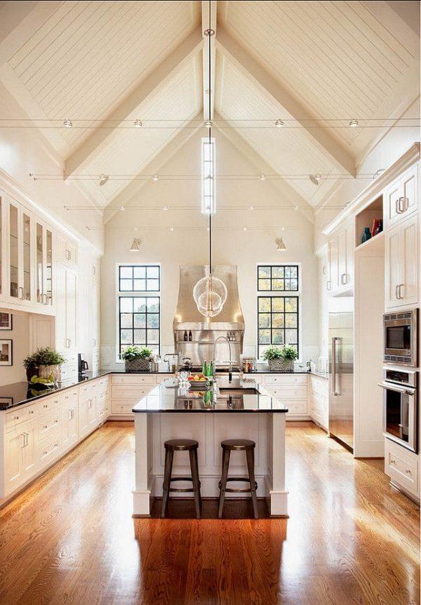 кухня с высоким потолком в доме
