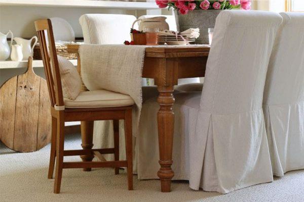 накидки на стульях кухни в деревенском стиле