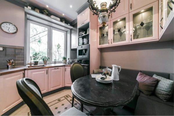 круглый обеденный столик на розовой кухне в деревенском стиле