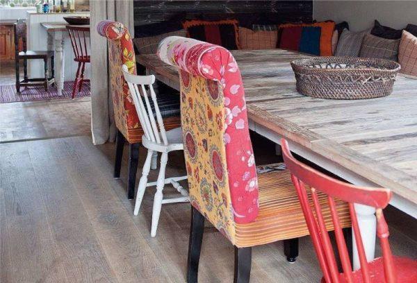 стильные стулья за обеденным столом в деревенском стиле