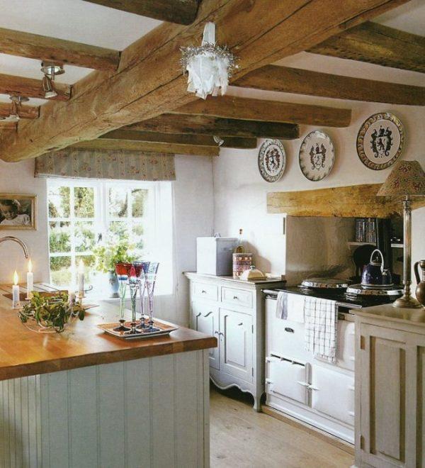 потолочные балки на кухне кантри