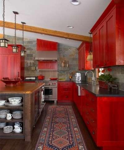 красная мебель на кухне кантри