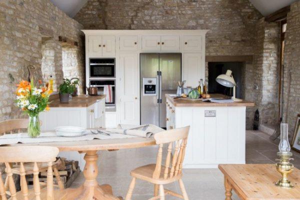 кухня кантри с деревянной мебелью