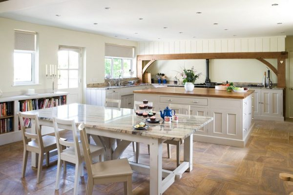 обеденный стол на светлой кухне в деревенском стиле